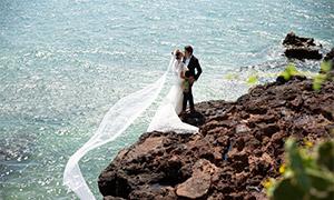 站在海边礁石上的恋人婚纱高清原片