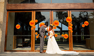 站在门口的一对恋人婚纱照原片素材