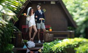 木屋前的男女情侣写真摄影原片素材