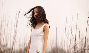 风吹乱头发的白裙美女写真摄影原片
