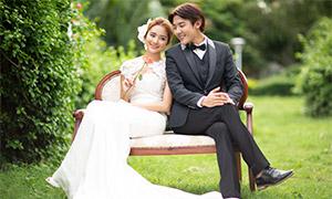 草坪椅子上的恋人婚纱摄影原片素材