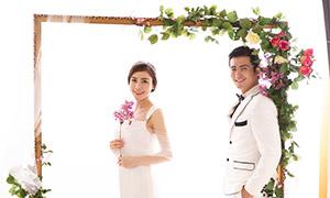 鲜花藤蔓装饰的门内景婚纱摄影原片