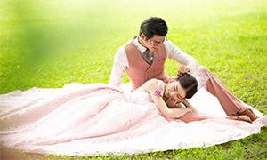 青青草地上的一对恋人婚纱原片素材