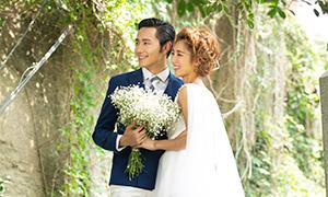 站在台阶上的恋人婚纱摄影原片素材