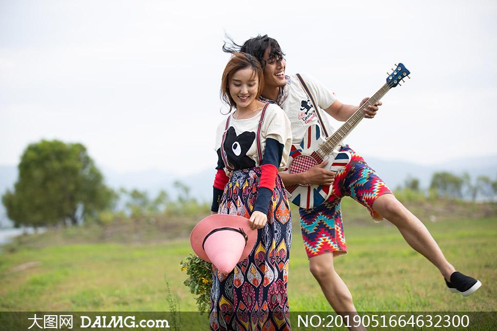 民族风服饰男女情侣写真照原片素材
