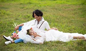 草地上的人物外景婚纱摄影高清原片