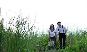 草丛外景情侣恋人写真摄影原片素材