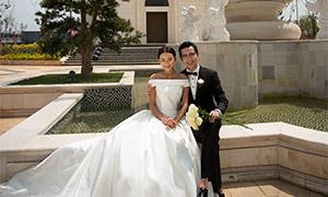 教堂建筑前的恋人婚纱摄影高清原片