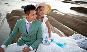 海边礁石上的婚纱人物摄影原片素材