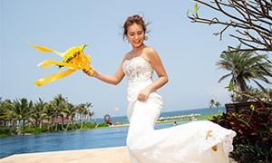 泳池边拿着鲜花的美女婚纱原片素材