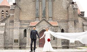 宏伟教堂建筑前的人物婚纱摄影原片