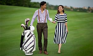 在高尔夫球场上的情侣人物原片素材
