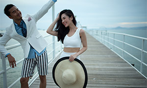 海上栈桥外景人物情侣摄影原片素材