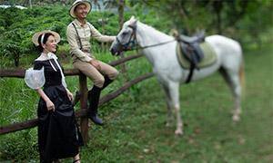 在栏杆边的白马与人物写真摄影原片