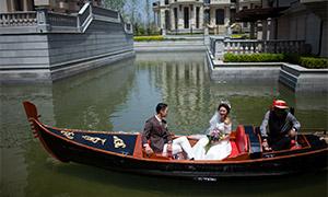 景区游船上的人物婚纱摄影原片素材