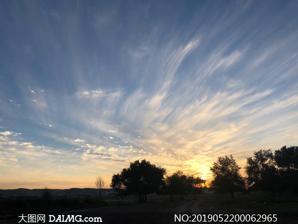 夕阳下的田园风光高清摄影图片