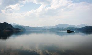 蓝天白云下的山水湖畔摄影图片