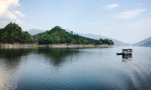 美丽的河流和山峰景观摄影图片