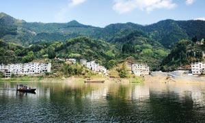 青山下民居和河流美景摄影图片