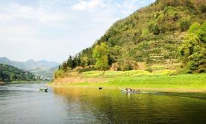 山间湖泊和小船摄影图片