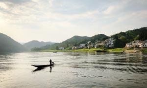 山间湖边的民房高清摄影图片