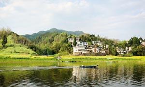 山间美丽的村庄和河流摄影图片