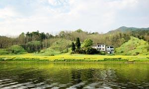 山间美丽的河水和房屋摄影图片