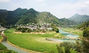 山间美丽的村庄高清摄影图片