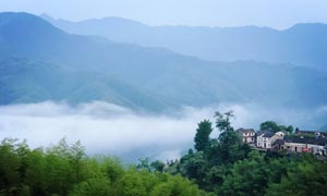 云雾缭绕的山村美景高清摄影图片