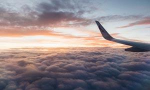 云端中的机翼美景摄影图片