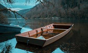 山間美麗的湖泊和小舟攝影圖片