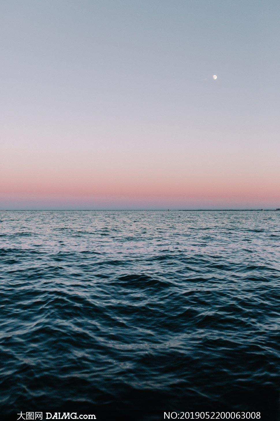 月光下的海洋美景摄影图片