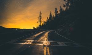 夜幕下的山間公路高清攝影圖片