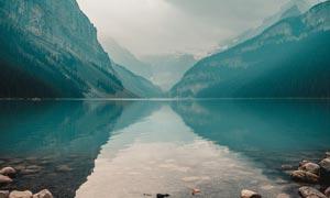 山间唯美的湖泊和岩石摄影图片