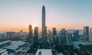 夕阳下的深圳平安大厦景观摄影图片