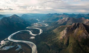 彎曲的山川河流攝影圖片