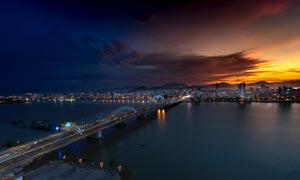 夜幕下城市桥梁和河流摄影图片