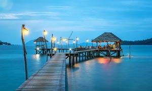 海邊度假村美麗夜景攝影圖片