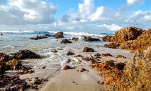 海边海浪和礁石美景摄影图片