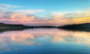 黄昏下的湖泊美景摄影图片