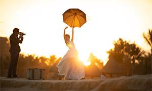 手撑着雨伞的美女逆光摄影原片素材
