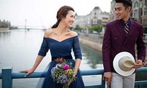 河面上靠着栏杆的恋人婚纱摄影原片