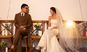 在四目对视的男女人物婚纱原片素材