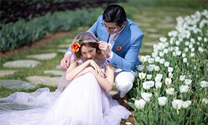 蹲在白色郁金香边的恋人婚纱照原片