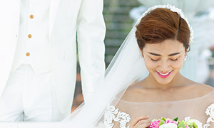 手拿捧花的開心美女婚紗照攝影原片
