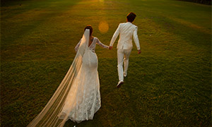 草坪上奔跑的一對戀人婚紗攝影原片