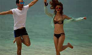 海边沙滩墨镜装扮情侣写真摄影原片