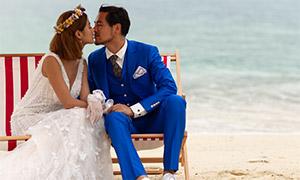 海邊沙灘躺椅上的戀人婚紗原片素材