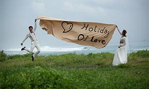 拉着条幅的恋人婚纱照摄影原片素材