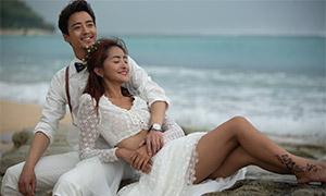 大海邊沙灘上的戀人婚紗照原片素材